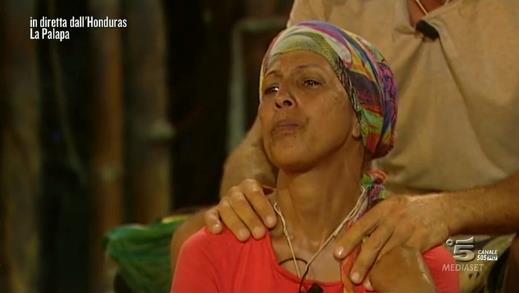 Rocco massaggia le spalle di Rachida per prepararla allo scontro