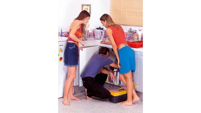 Scena iniziale di un film per adulti con idraulico incompetente