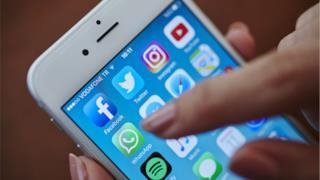 l'icona di whatsApp sul display di uno smartphone
