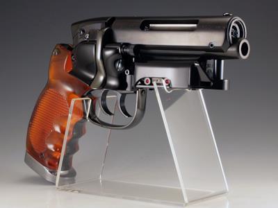 Una riproduzione da collezione dell'arma di Rick Deckard
