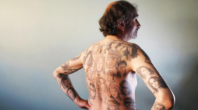 Un uomo che ha 83 versioni di Julia Roberts sul petto e sulla schiena