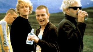 Una scena dell'originale Trainspotting con Ewan McGregor