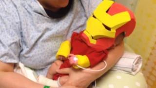 Neonato col costume di Iron Man