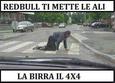 Immagini divertenti per WhatsApp - un uomo ubriaco attraversa la strada