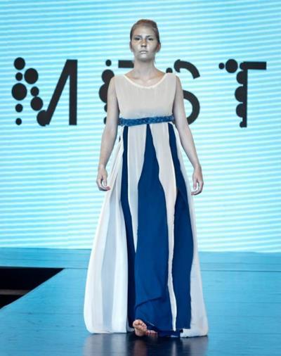 Una modella indossa un abito ricavato dalla Poo Couture