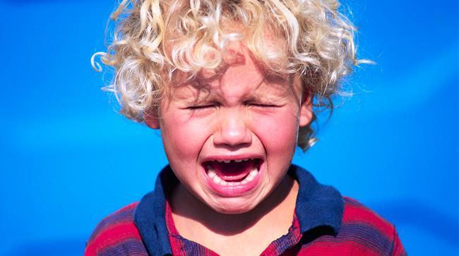 Bambino piangente perchè non può avere la torta del Burger King
