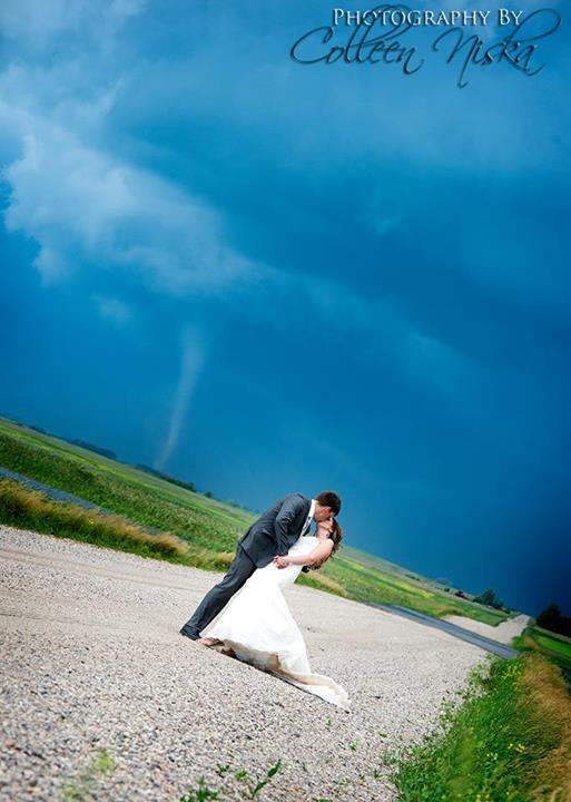 Foto di coppia con dietro un tornado