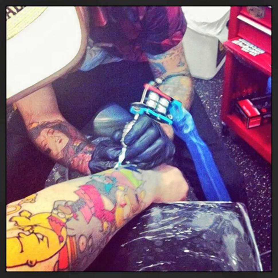 Lee Weir si fa il suo ultimo tatuaggio di Homer