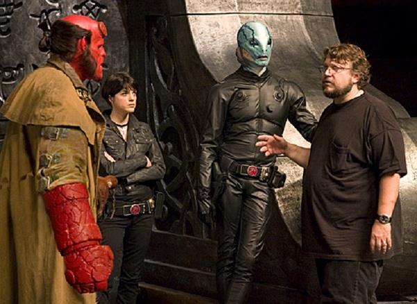 Il regista Guillermo del Toro sul set col cast di Hellboy