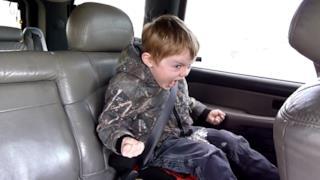 Lukas Payne in una delle sue performance in auto con i genitori