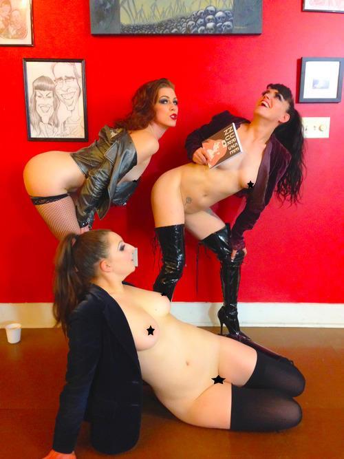 Le tre ragazze che fanno da modelle per Nudes Reading Comics