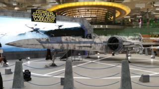 Un X-Wing e un TIE Fighter di Star Wars sono atterrati a Singapore!