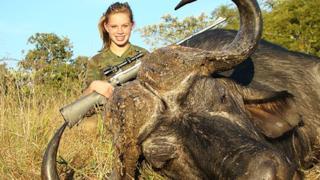 Kendall Jones è la cacciatrice che posta sui social le foto delle sue prede