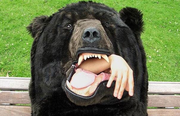 Braccio che esce dal sacco a pelo a forma di orso