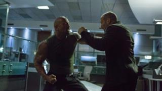 The Rock e Jason Statham in una scena di Fast & Furious