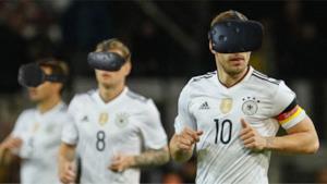 I prodi calciatori della Germania indossano il VR