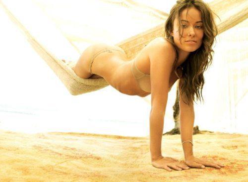Olivia Wilde in bikini su un'amaca