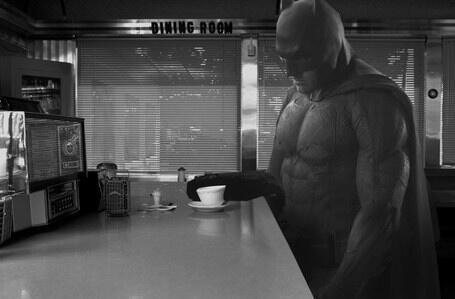 Batman davanti ad un caffè