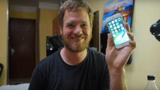 Scott mostra fiero il suo iPhone