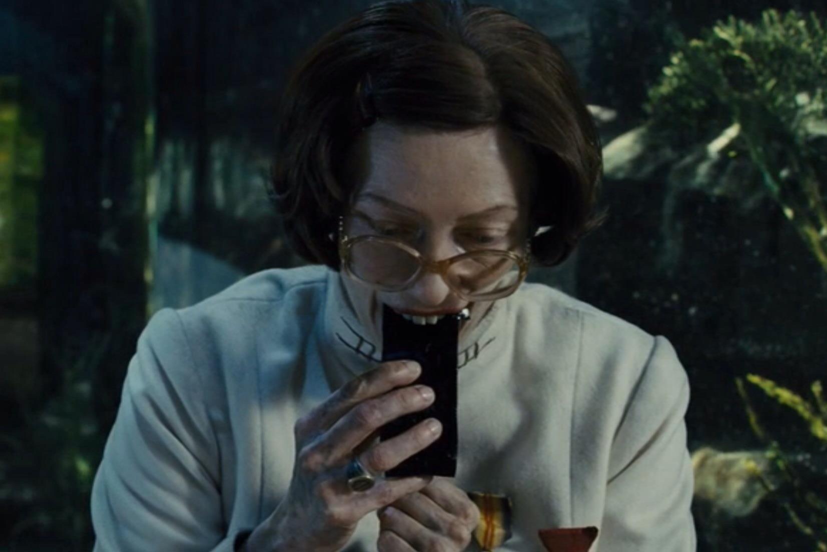 Tilda Swinton mangia le barrette proteiche a base d'insetti nel film Snowpiercer