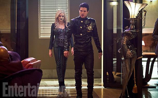Caitlin Snow's (Danielle Panabaker) and Ronnie Raymond's (Robbie Amell) alter egos di Earth-2
