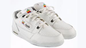 Un primo piano sulle Apple sneakers.