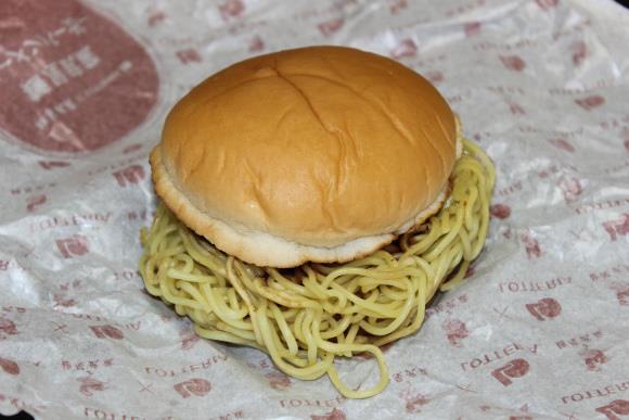 Il burger ripieno di nodosi noodle