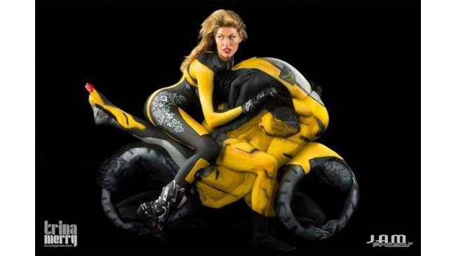 Motocicletta creata con body art