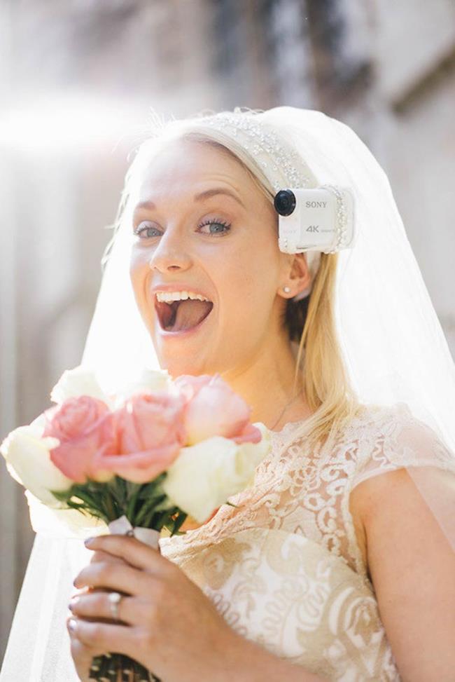 Una sposa con telecamera incorporata nel velo da sposa