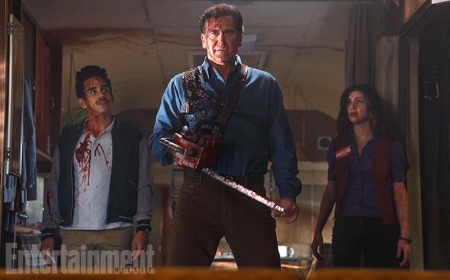 Bruce Campbell con motosega nella prima immagine ufficiale di Ash Vs Evil Dead