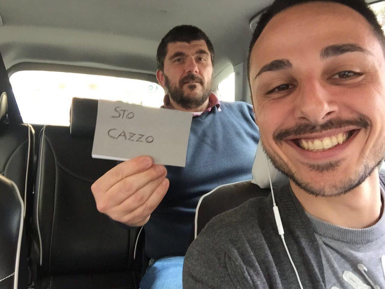 Immagini divertenti per WhatsApp - Due ragazzi in automobile con un biglietto