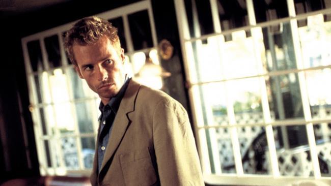 Guy Pearce in una scena tratta dal film Memento di Christopher Nolan, di cui era protagonista.