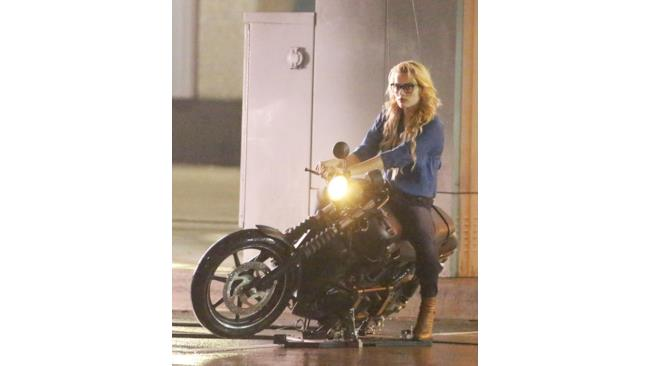 Margot Robbie in moto sul set di Suicide Squad