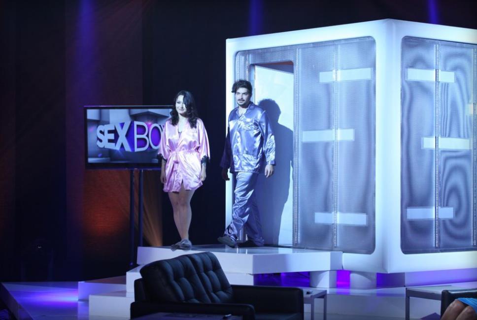Una coppia del reality Sex Box in accappatoio