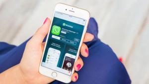 uno smartphone con la app di WhatsApp