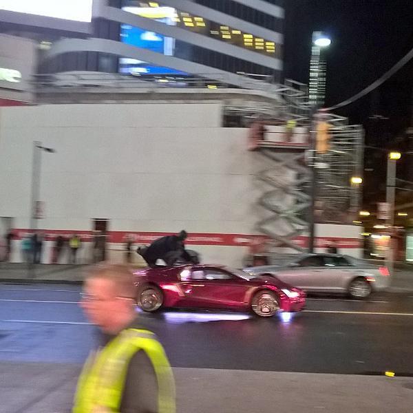 Batman sale sull'auto del Joker