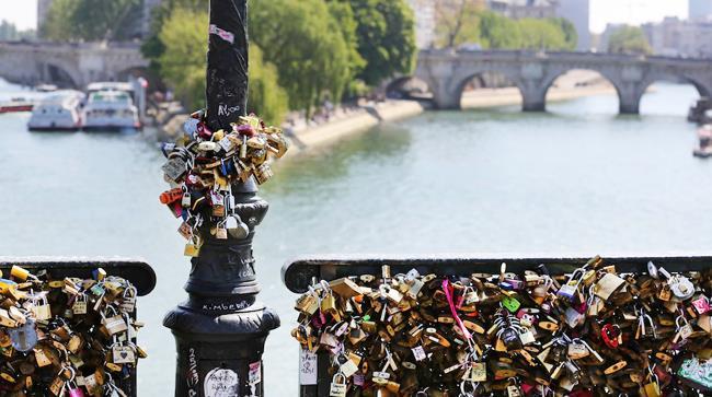 A Parigi Pont des Arts crolla sotto il peso dei lucchetti