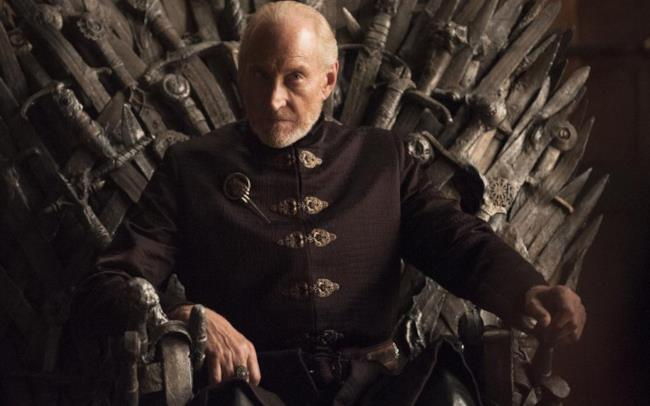 Charles Dance nel ruolo di Tywin Lannister