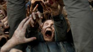 Un'orda zombie in The Walking Dead