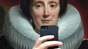 dipinto di una dama che si fa un selfie
