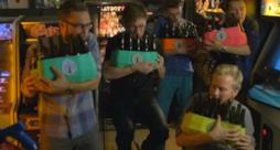 I Bottle Boys mentre suonano le bottiglie