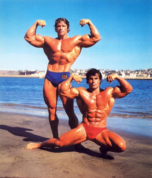 Arnold Schwarzenegger e Franco Columbu mostrano i muscoli