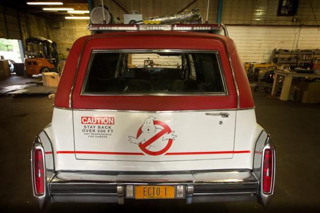 La Ecto-1 del reboot di Ghostbusters vista dal retro
