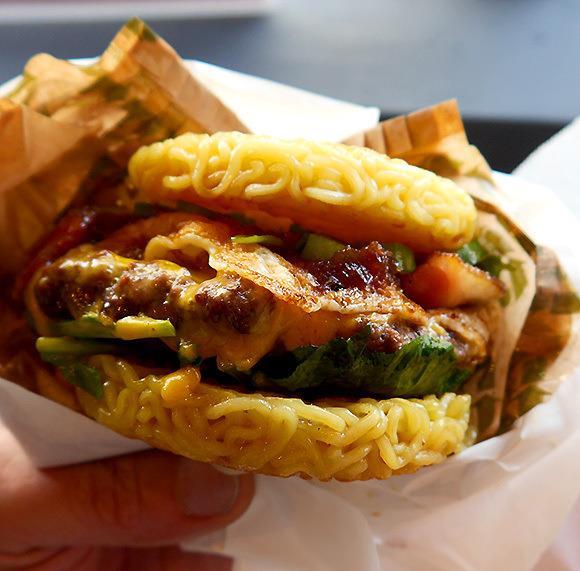 L'Inside Out Burger, il panino coi noodle al posto del pane, è una specialità di Tokyo