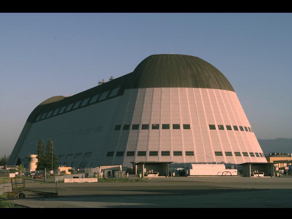 Una foto del famoso Hangar One all'Ames Research Center