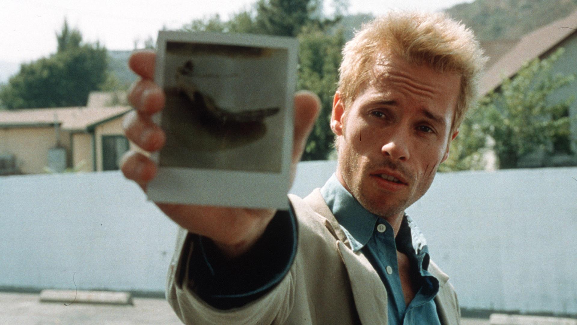 Leonard in una scena del film Memento, di cui è protagonista