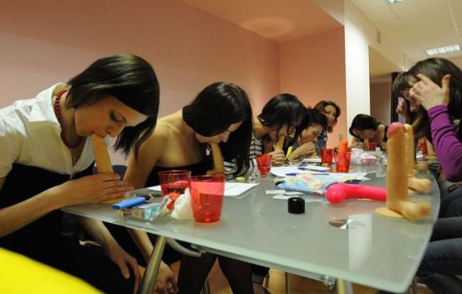 La classe sull'Arte del Sesso Orale durante un'esercitazione pratica