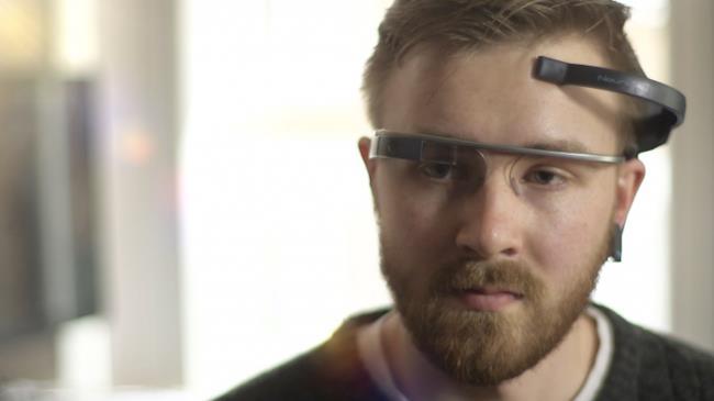 Uomo indossa i Google Glass e usa l'app MindRDR