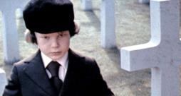 Damien in una scena di The Omen del 1976