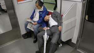 Un giapponese ubriaco in treno